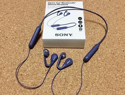 SONY オープンイヤーワイヤレスステレオヘッドセット SBH82D。外部の音をキャンセルしないので、歩行中や職場など周囲の音が聞こえないと困る場面でユニーク性能を発揮する。